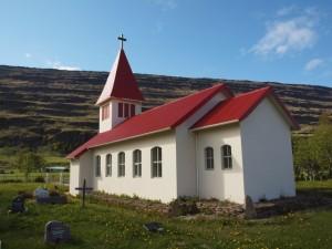 Valþjófsstaðarkirkja undir Valþjófsstaðarfjalli. Mynd Kirkjukort.net.