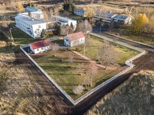 Eiðakirkja og umhverfi hennar úr lofti 2019. Mynd: ÞP.